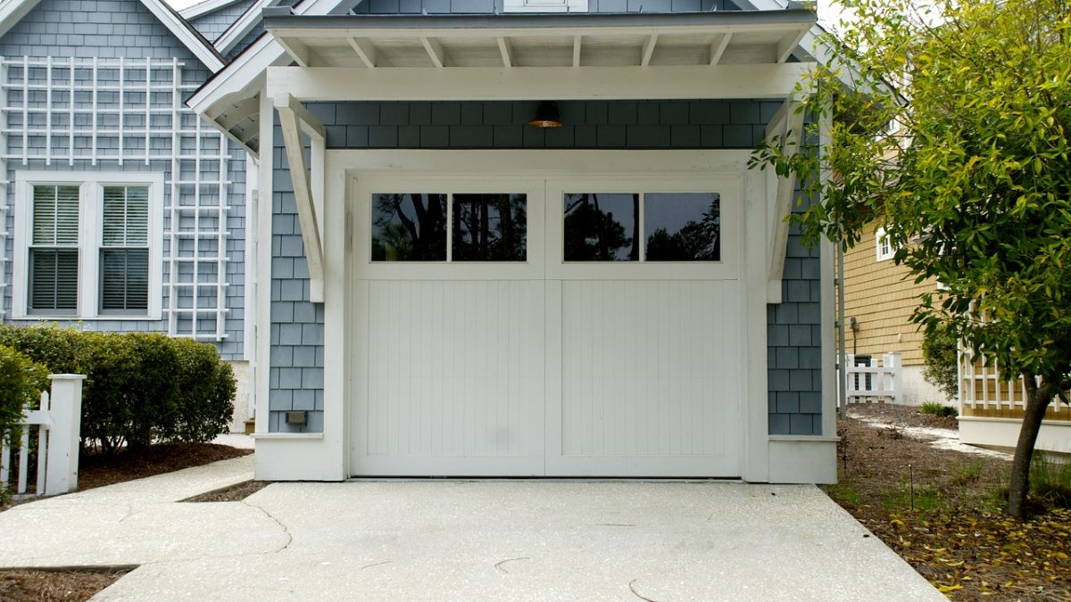 What Homeowners Need to Know Before Selecting New Garage Doors